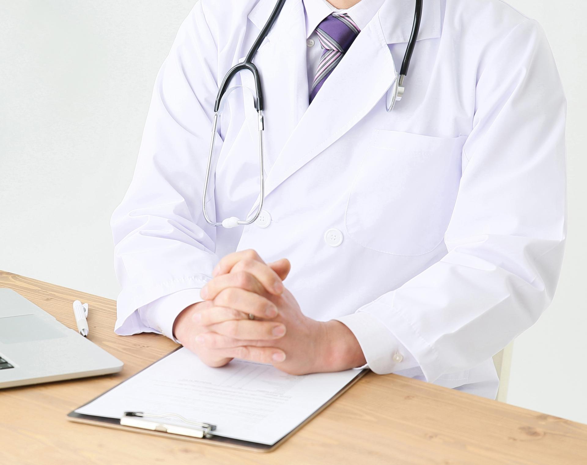 手を組む医師