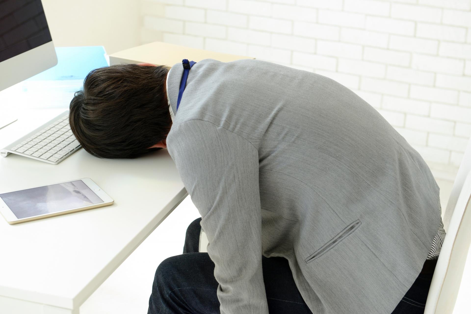 疲れて昼寝する男性