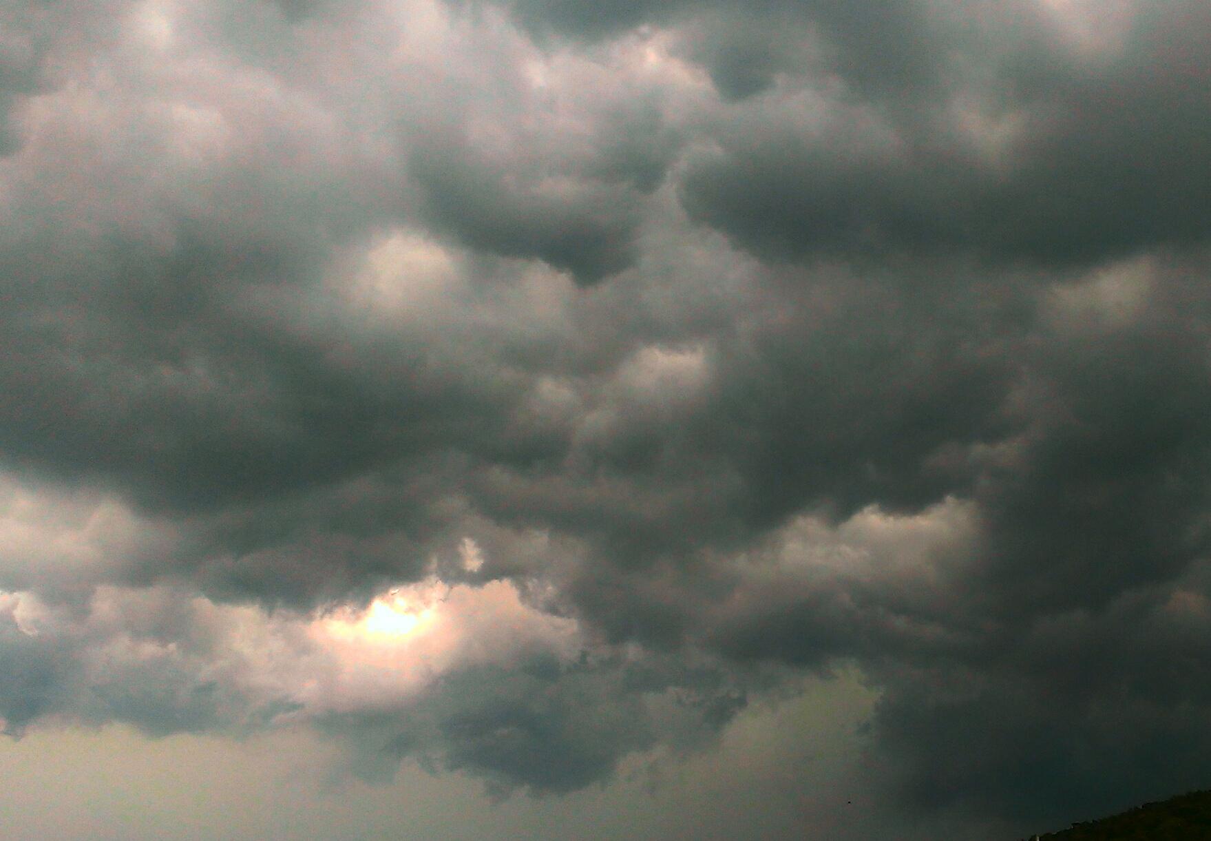 黒い曇り空