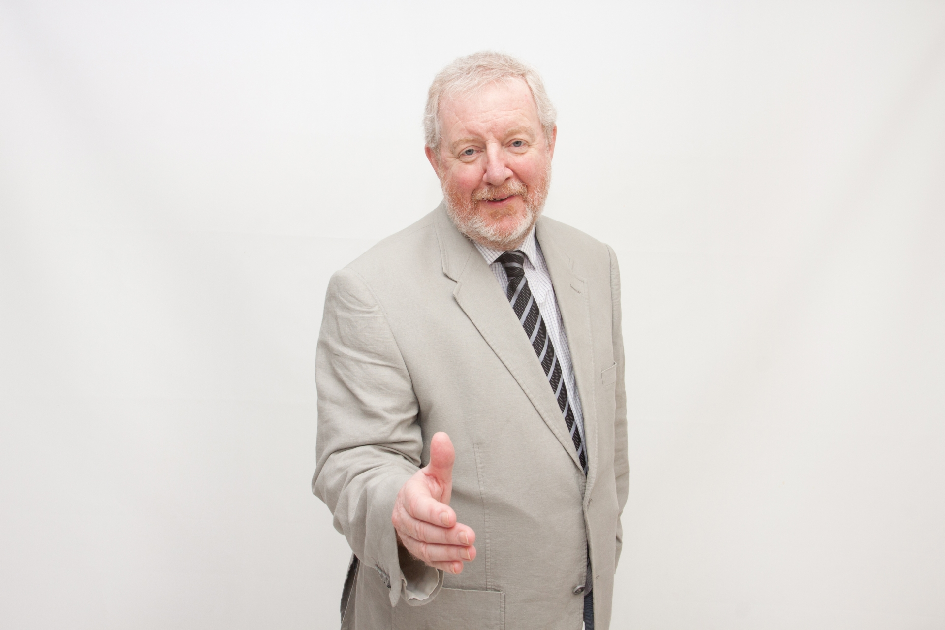 握手を求める老人男性