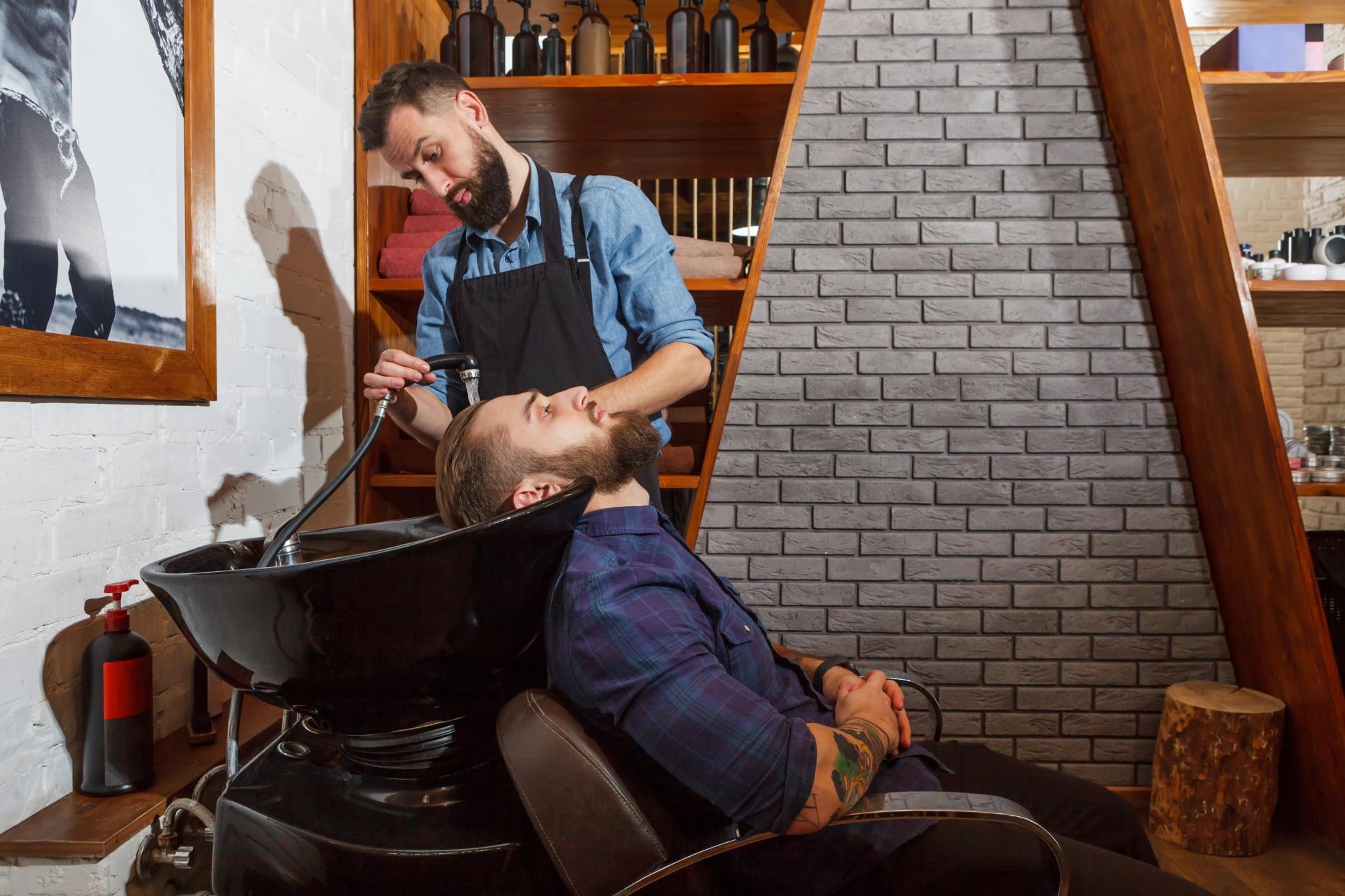 美容室で先発される男性